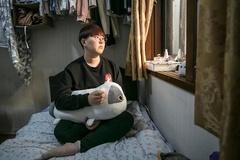 Người trẻ Hàn nhịn đói, không dám tụ tập bạn bè vì nợ nần, thất nghiệp