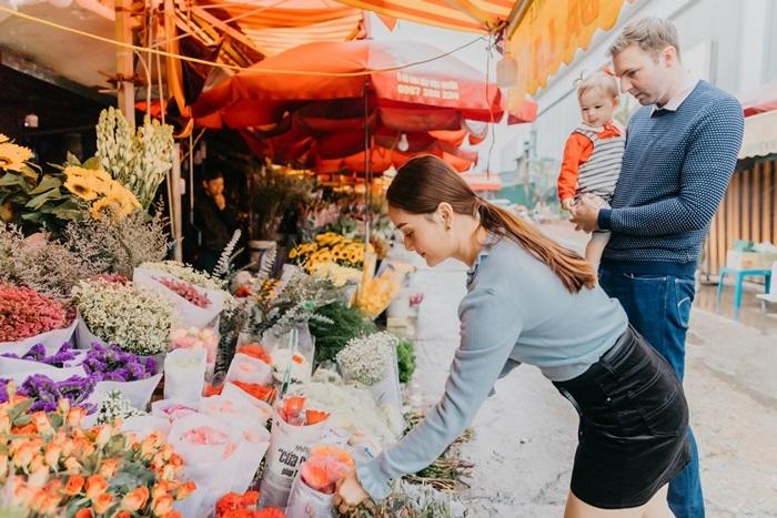 Chồng Tây cao hơn 2m bế con, hôn Lan Phương giữa chợ Tết