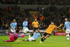 """Thua ngược Wolves, Man City """"đầu hàng"""" Liverpool"""