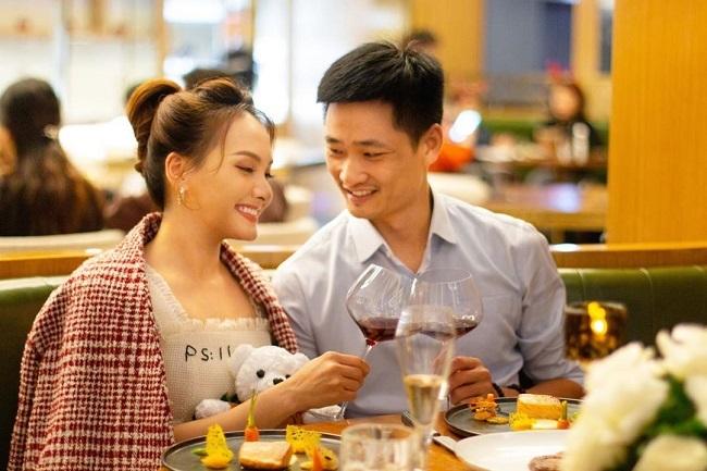 HLV Park Hang Seo cười tít mắt bên vợ chồng Tăng Thanh Hà