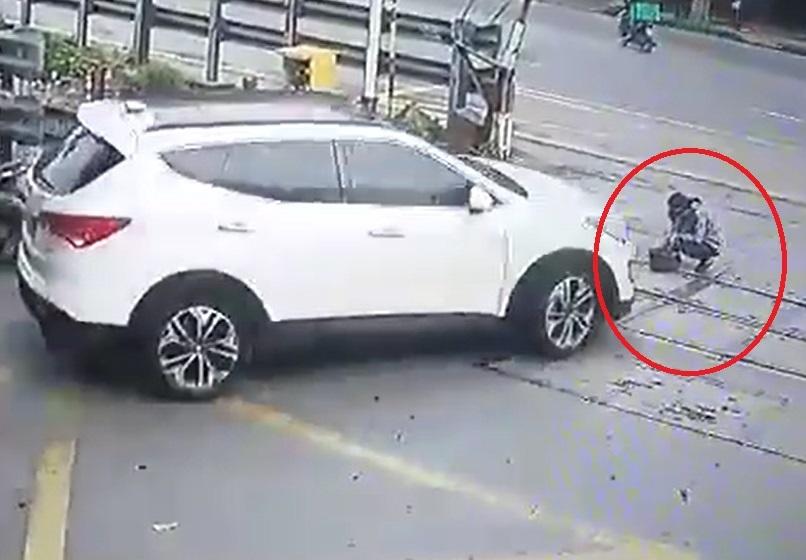 Nữ nhân viên gác chắn bị ô tô tông gãy chân khi đang làm việc