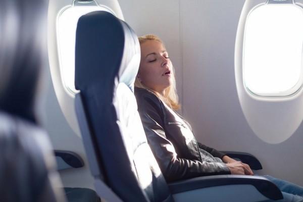 Tại sao hành khách không nên ngủ khi máy bay cất cánh và hạ cánh
