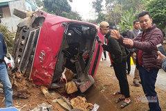 Xe tải tông lật xe khách, 12 người bị thương ở Sơn La
