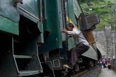 Cuộc sống của người nghèo Trung Quốc trên những chuyến tàu hạng ba