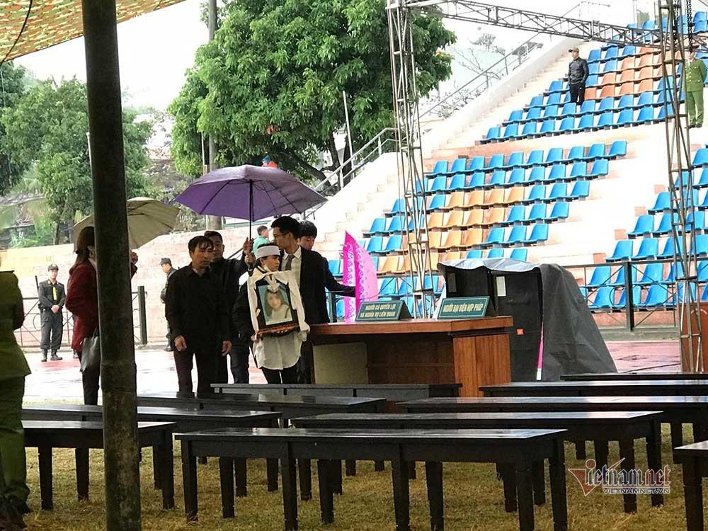 Gia đình đội mưa mang di ảnh nữ sinh Cao Mỹ Duyên đến nghe tuyên án