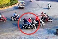 Clip ghi hình vụ kẻ trộm xe máy nổ súng vào 'hiệp sĩ' mặc áo khoác đỏ