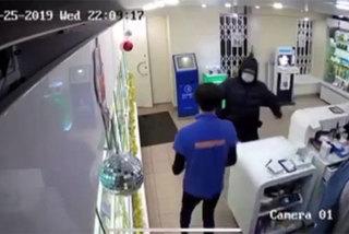 Clip người bán hàng hạ gục tên cướp táo tợn bằng bình cứu hỏa