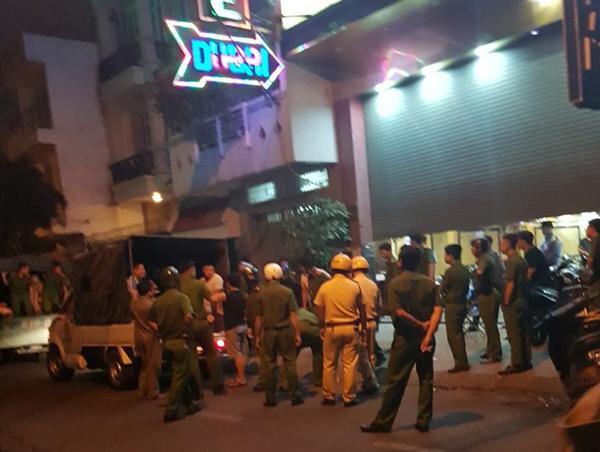 Đột kích quán karaoke ở Sài Gòn, đưa 100 nam nữ về trụ sở công an