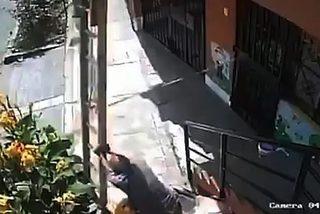 Cụ ông đi xe lăn rung thang khiến thợ sơn ngã lộn nhào