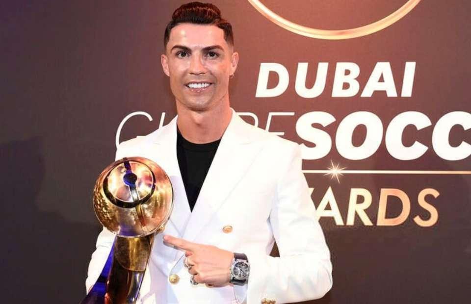 Ronaldo tự hào khoe 'gia tài' trong ngày vượt Messi, Van Dijk