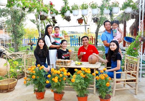 Vợ chồng Quyền Linh thăm cơ ngơi rộng 1.600 m2 của em trai Quyền Lộc