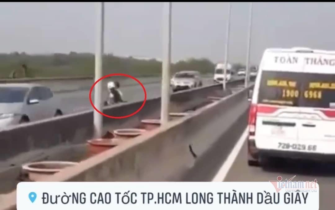 Clip đôi nam nữ lao xe máy ngược chiều trên cao tốc Long Thành
