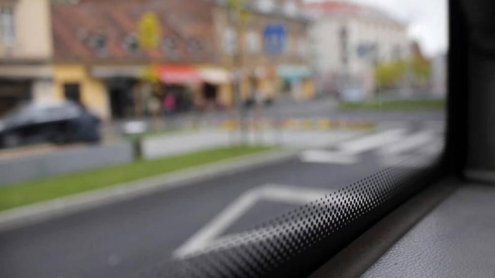 Những chấm đen nhỏ li ti trên kính ô tô có tác dụng gì?