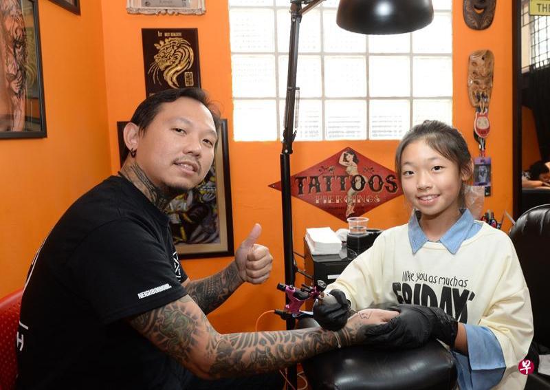 Bé gái 12 tuổi trở thành thợ xăm nhỏ tuổi nhất Singapore