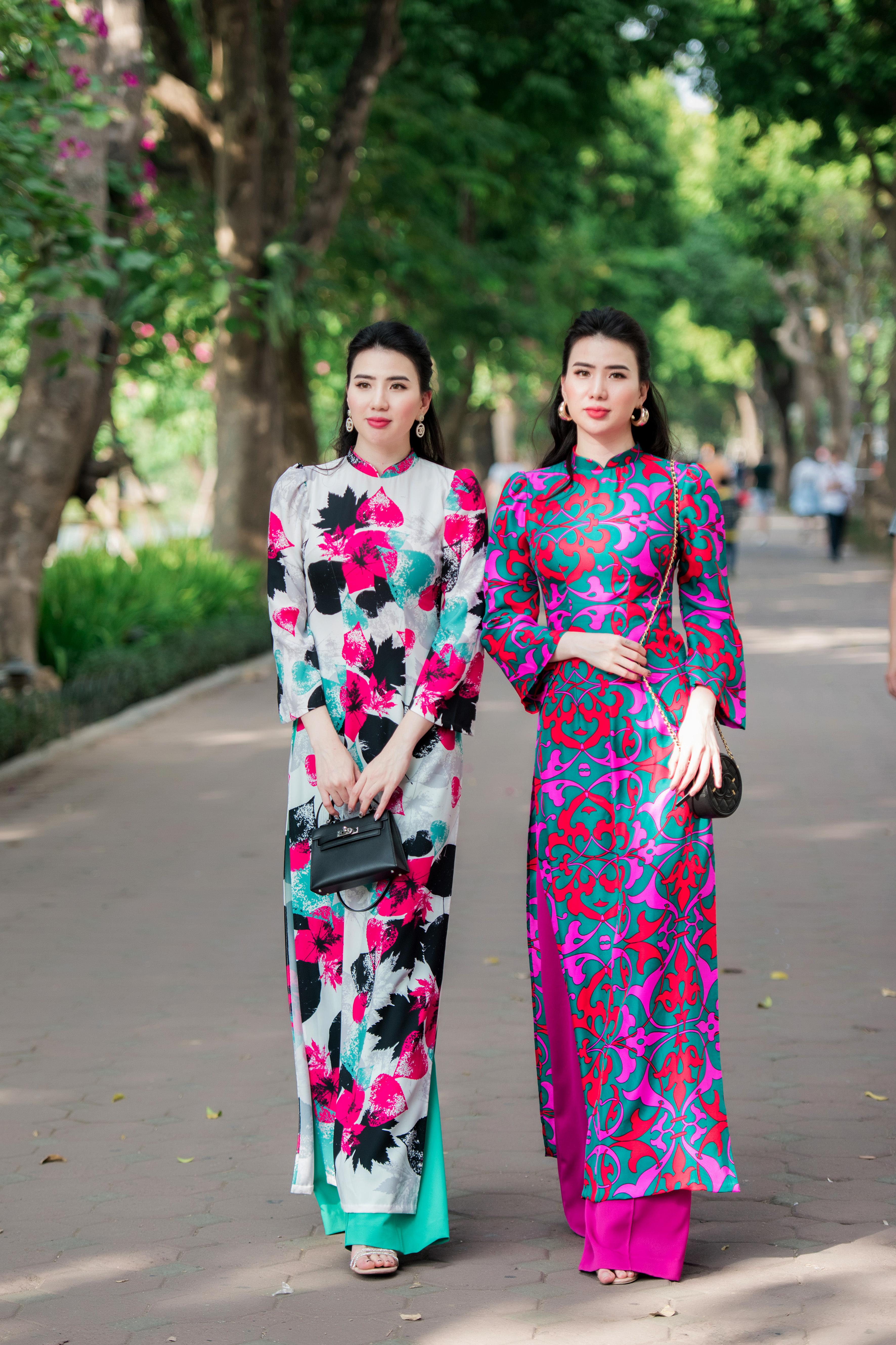 Cặp mẫu song sinh Thư Huyền - Huyền Thư tái xuất với áo dài xuân