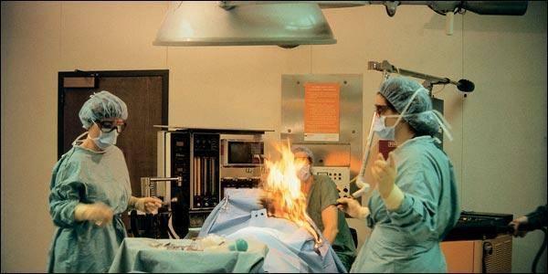 Nữ bệnh nhân bốc cháy dữ dội ngay trên bàn mổ