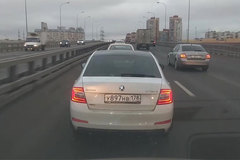 Clip lái xe bất ngờ quăng lựu đạn giữa đường tấp nập ở Nga