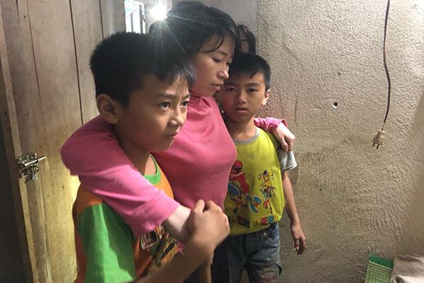 Bố mất, mẹ bị liệt, hai đứa trẻ sinh đôi bơ vơ đói khát