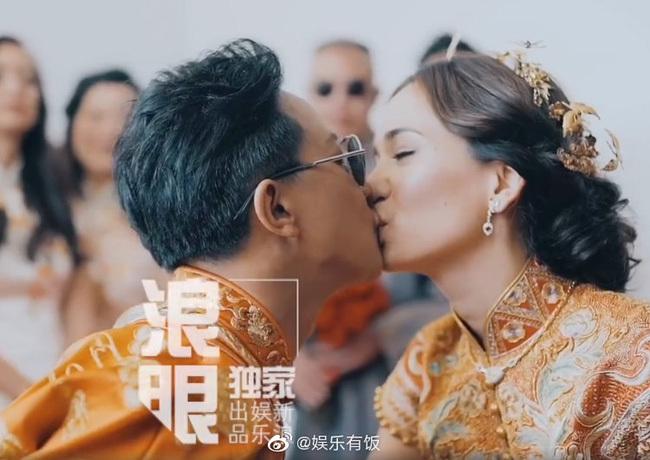 Cựu thành viên Super Junior hôn bà xã say đắm trong lễ cưới