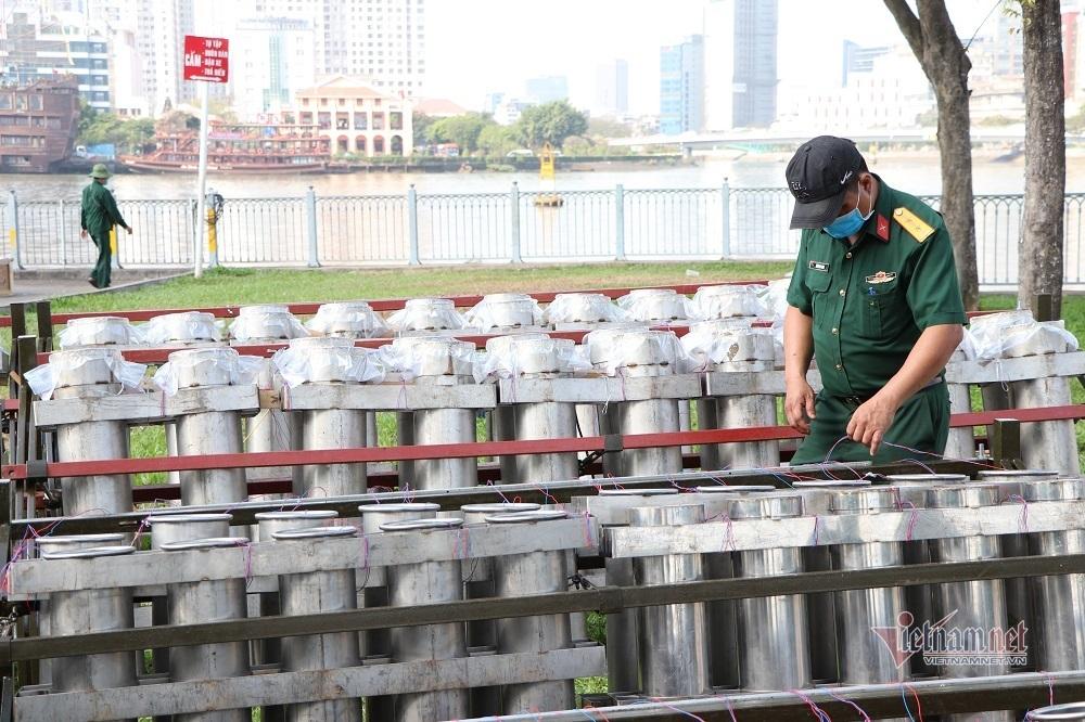 Trận địa vạn quả pháo chờ khai tiệc đón năm mới đêm nay ở Sài Gòn