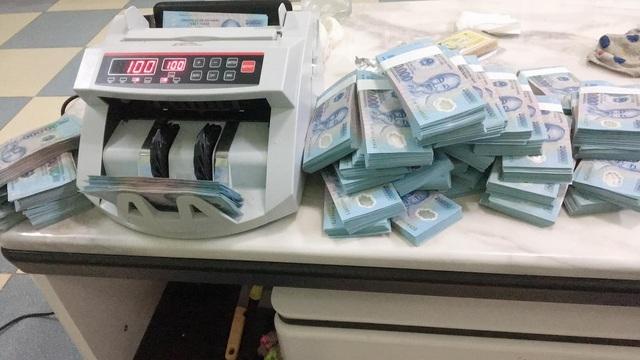 20 nghìn đồng tiền mới 'cháy' hàng, dân buôn đẩy phí cao ngất