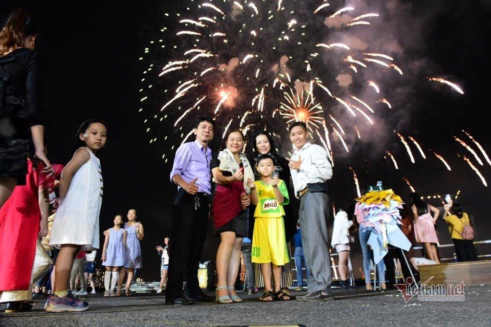 Sài Gòn rực rỡ pháo hoa khoảnh khắc chào năm 2020