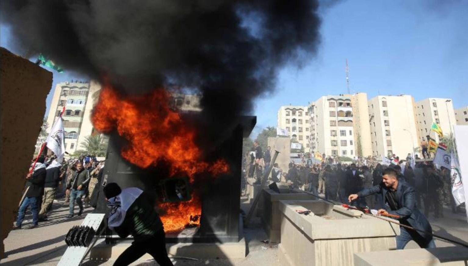 Hàng trăm người biểu tình tấn công ĐSQ Mỹ tại Baghdad