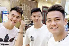 Các cầu thủ U23 Việt Nam thi nhau cắt tóc 'cầu may' chào năm mới