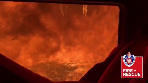 Thót tim cảnh lính cứu hoả lái xe qua biển lửa