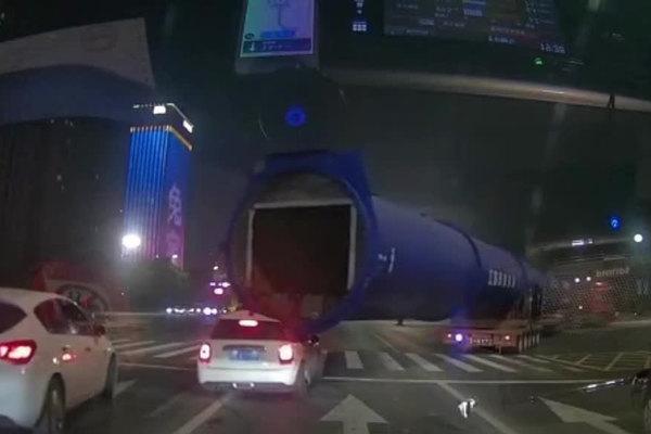 Xe con bị ống khổng lồ đè nát, tài xế nhanh chân chạy thoát
