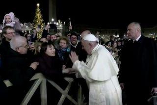 Giáo hoàng Francis tức giận 'tát' tay người phụ nữ bất kính trong đêm giao thừa