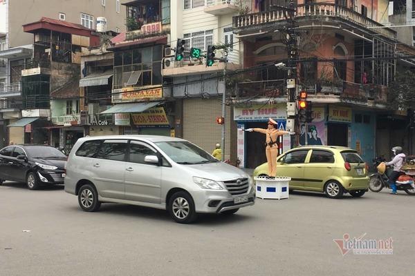 Nữ CSGT xinh đẹp xuống đường, dân thích thú vẫy tay chào năm mới