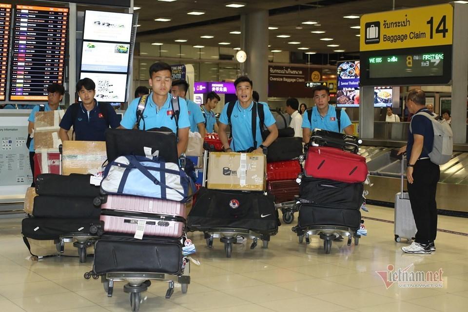 """U23 Việt Nam đổ bộ Thái Lan, thầy Park """"ngáp dài"""" vì đợi xe"""