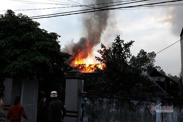 Không xe cứu hỏa, dân hắt từng chậu nước vào ngôi nhà gỗ rừng rực cháy