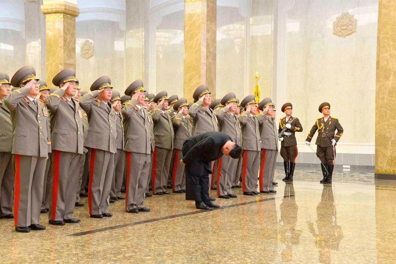 Kim Jong Un viếng cha và ông nội dịp năm mới
