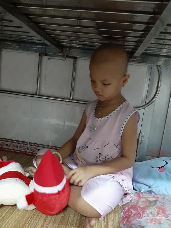 Xót thương bé gái côi cút nằm gầm giường chữa bệnh ung thư