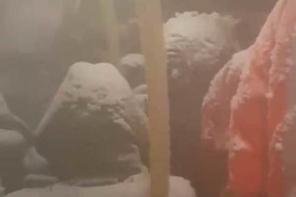 Bão trong xe buýt, hành khách biến thành người tuyết