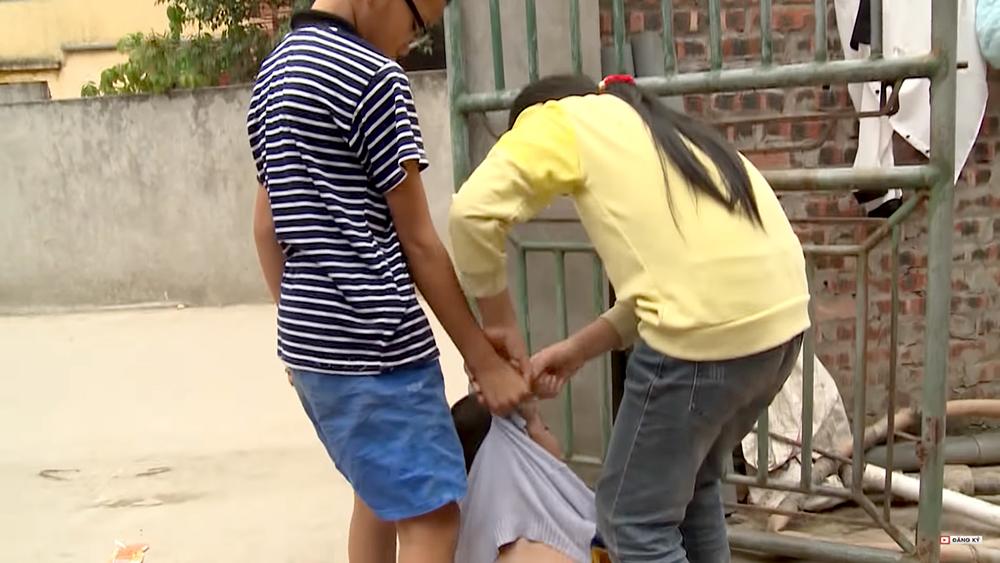 """Mẹ liên tục dọa """"cho ăn đòn"""", cậu bé 9 tuổi trút giận lên em trai"""