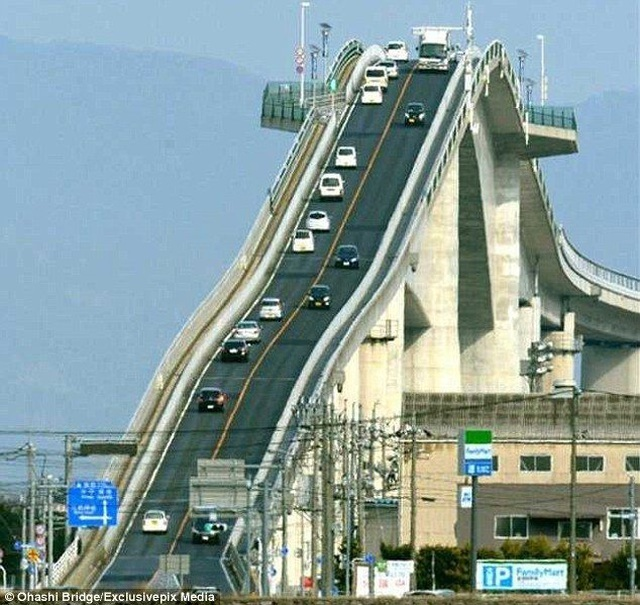 'Toát mồ hôi' với cầu dốc đứng như tàu lượn siêu tốc