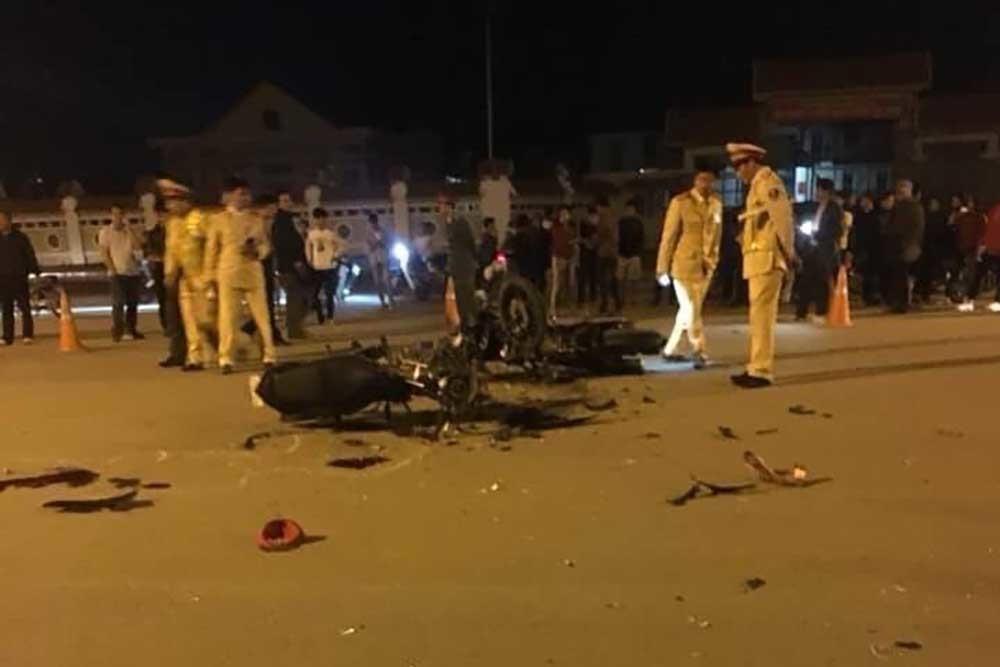 Xe máy đấu đầu trước cổng Tây Thiên, 3 người chết tại chỗ