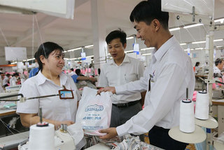 Tet bonuses in many provinces, cities to be higher than last year