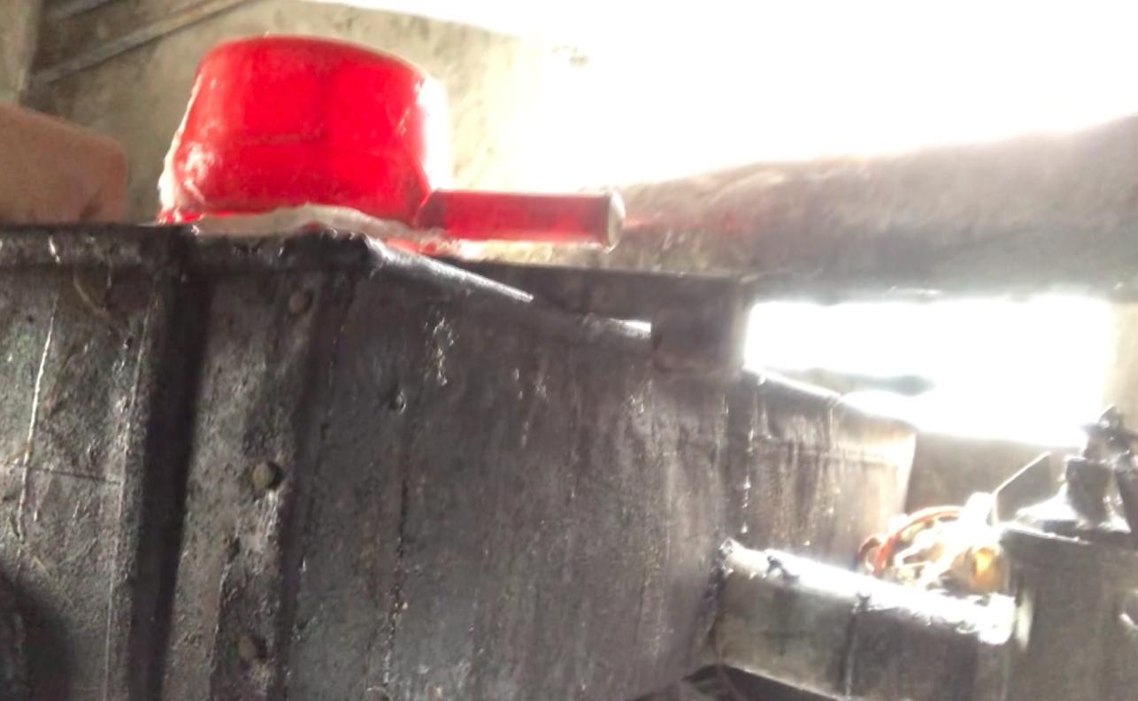Sản xuất đường mạch nha: Đựng bao cám, dẫm chân, khạc nhổ vào nguyên liệu
