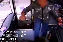 Bị thất nghiệp, hành khách cay cú hành hung tài xế xe buýt
