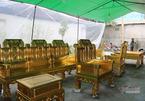 Chiêm ngưỡng bộ bàn ghế tiền tỷ đại gia dát vàng chơi Tết