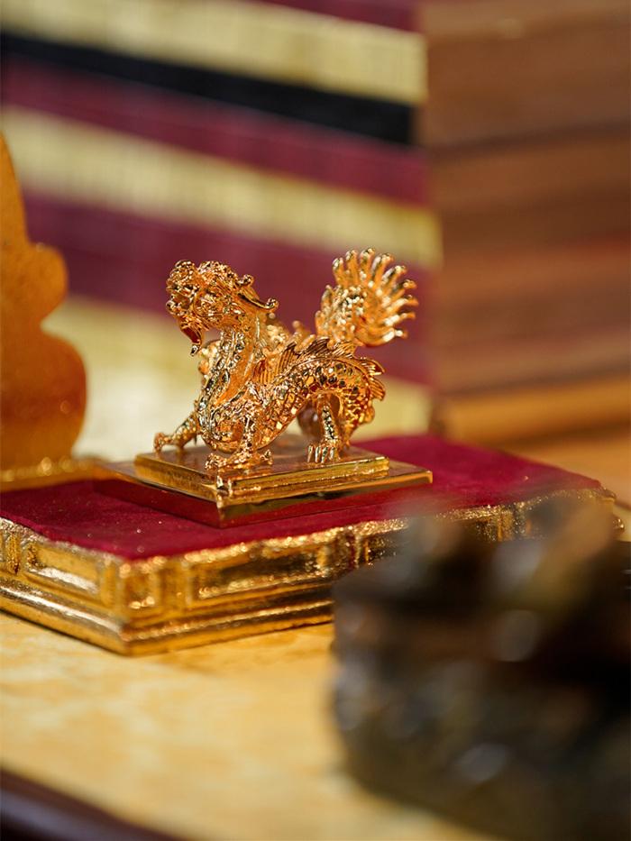 'Phượng khấu' thu hút với cổ vật thật, áo bào 80 triệu, cúc phượng vàng ròng