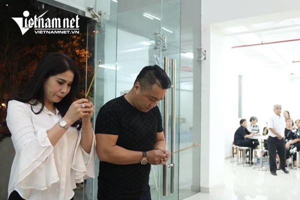 Lý Hùng và em gái ôm vợ NSƯT Chánh Tín khóc nghẹn trong tang lễ