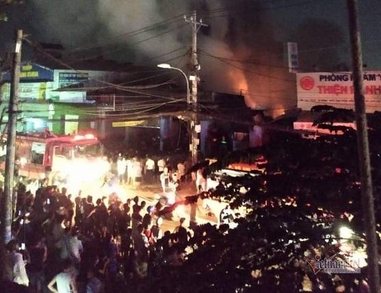 Xưởng gỗ ven Sài Gòn cháy ngùn ngụt trong đêm