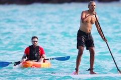 Obama cưỡi sóng, khoe thân hình săn chắc