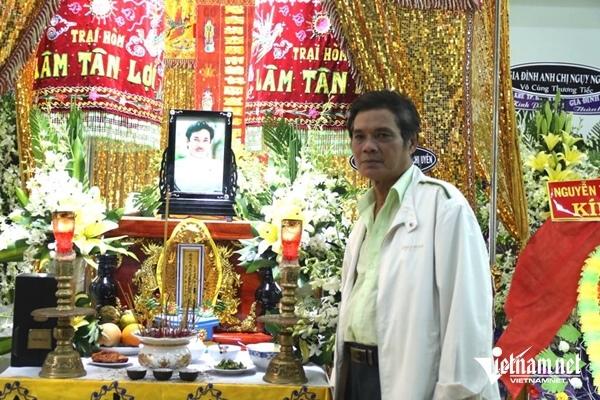 Nghệ sĩ Mai Trần hồi phục sau tai biến, tới viếng NSƯT Chánh Tín