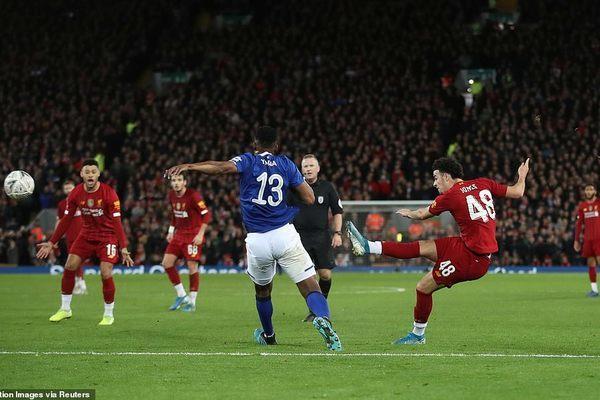 Liverpool loại Everton khỏi FA Cup nhờ siêu phẩm